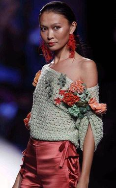 Cool ways to wear and embellish your cropped knits and sweaters francis montesinos Mode Crochet, Crochet Lace, Knitwear Fashion, Crochet Fashion, Knitting Designs, Crochet Designs, Crochet Clothes, Diy Clothes, Lace Sweater