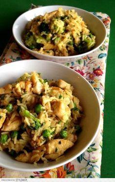 Ryż curry z kurczakiem i zielonymi warzywami | Buszując… Asian Recipes, Healthy Recipes, Cheap Easy Meals, Good Food, Yummy Food, Brunch, Mediterranean Diet Recipes, My Favorite Food, Food And Drink