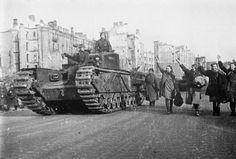 А22  Infantry Tank Mark IV Churchill III,   вступает в  освобожденный Киев  1943