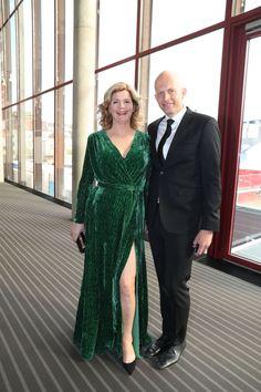 HØY SPLITT: Anne Lindmo valgte grønn kjole, som var sydd til