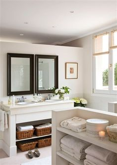 baño blanco espejo con marco oscuro? baño niños