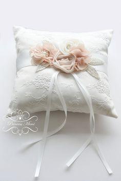 Ringkissen mit Blüten *Spitze/Strass* Ivory Beige von Princess Mimi  auf DaWanda.com (Diy Pillows Cushion)