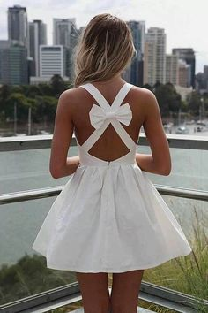 Süßes weißes Kleid mit Schleife am Rücken -  Gutscheine & Rabatte für Damenmode gibt es hier: http://www.deals.com/kategorien/mode-und-accessoires/ #gutschein #gutscheincode #sparen #shoppen #onlineshopping #shopping #angebote #sale #rabatt #mode #fashion