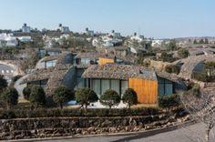 Lotte Jeju Resort Art Villas: жилой комплекс с органическими крышами в Южной Корее