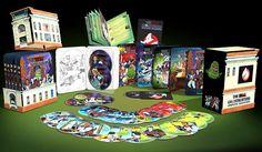 In den USA haben wir eine seltene und dazu ziemlich coole Ghostbusters Collection entdeckt. Hier bekommt man alle Ghostbusters folgen + zusätzlich alle Slimer folgen in einem Paket mit zusätzlichen extras. Der Knaller ist, das alle 25 Discs in 5 Steelbooks untergebracht sind, die wiederum in einer tollen Sammlerbox kommen. Zusätzlich gibt es 13 Stunden