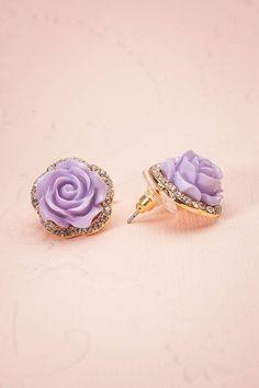 Ces roses étincelantes agrémenteront  joliment votre tenue. These sparkly roses will prettily  brighten up your outfit.