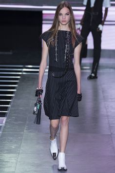 Louis Vuitton Spring 2016 Ready-to-Wear Fashion Show - Estella Boersma/ chain belts