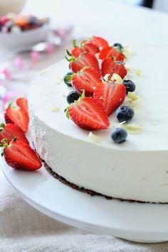 Pienet herkkusuut: Aivan ihana valkosuklaa-marjajuustokakku Cheesecake, Baking, Desserts, Food, Tailgate Desserts, Deserts, Cheesecakes, Bakken, Essen