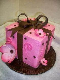Tarta de cumpleaños con forma de caja de regalo rosa - ツ Imagenes y Tarjetas para Felicitar en Cumpleaños ツ