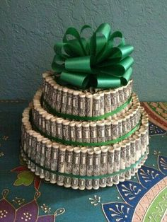 Money Cake - Cool, fun way to give money to kids for special occasions. Creative Money Gifts, Cool Gifts, Diy Gifts, Gift Money, Earn Money, Don D'argent, Money Cake, Money Origami, Money Trees
