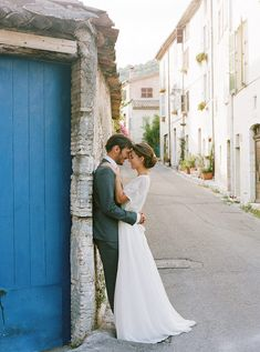 Love the elegance and romance of the dress.