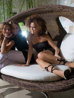 lounge-möbel-outdoor-hübsche-frauen-sitzen-darauf