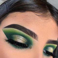 Stunning Christmas Green Eyeshadow Makeup Ideas You Must Know; Makeup Looks; Green Eyeshadow Look, Colorful Eye Makeup, Makeup For Green Eyes, Eyeshadow Looks, Eyeshadow Makeup, Metallic Eyeshadow, Eyeshadows, Makeup Goals, Makeup Inspo