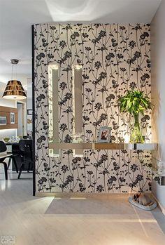 aparador de espelho e papel de parede... é um hall de entrada mas poderia ser a coluna saliente da minha sala