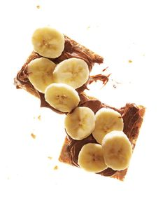 Here's a healthy snack that comes guilt free! Crackers With Chocolate-Hazelnut Spread and Banana Dividing evenly, spread 2 crisp bread crackers with 1 tablespoon chocolate-hazelnut spread. Top with 1 sliced small banana. Yummy Snacks, Snack Recipes, Yummy Food, Healthy Recipes, Healthy Foods, Snacks Ideas, Banana Recipes, Healthy Desserts, Yummy Recipes