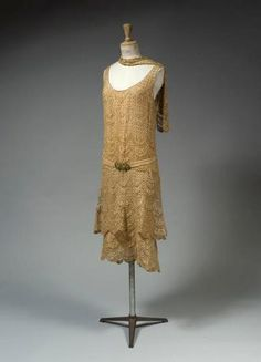 Chanel evening dress ca. 1925 From Cornette de Saint Cyr - Chanel Clothes - Trending Chanel Clothes - Chanel evening dress ca. 1925 From Cornette de Saint Cyr 1920 Style, Style Année 20, Flapper Style, Mode Style, 20s Fashion, Art Deco Fashion, Fashion History, Vintage Fashion, Vintage Couture