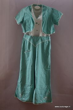 Strandpyjama uit de jaren 30 met afknoopbare broek en losse bolero van linnen. (1930B004)