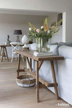 Een unieke wandtafel achter de bank zorgt voor extra afzetruimte en ziet er natuurlijk prachtig uit! #interieur #uniek #hout