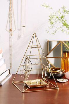 Une pyramide en métal pour ranger des bijoux