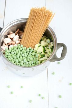 Eenpans spaghetti met courgette. Een makkelijke maaltijd die binnen 20 minuten op tafel staat én maar liefst 3 soorten groente bevat. Recept op www.lekkeretenmetlinda.nl