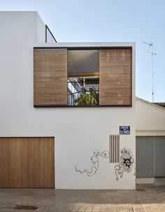 Article source: Gradolí&Sanz Arquitectos Restoration of a town house overlooking two streets with a minor different in altitude between both. Cabinet D Architecture, Facade Architecture, Residential Architecture, Design Exterior, Facade Design, House Design, Minimalist Architecture, Contemporary Architecture, Small House Renovation
