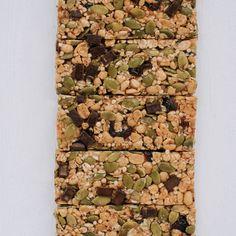 Une barre composée de quinoa soufflé, de graines, de chocolat noir et de canneberges séchées. Sans noix et sans arachides, elle est parfaite pour la boîte à lunch. #quinoa #barretendre #snacking #snack #healthysnack #nutrition #alimentationsaine Quinoa Soufflé, Snacking, Barre, Nutrition, Dried Cranberries, Sunflower Seeds, Apple Juice, Calcium Chloride, Gluten Free Oatmeal