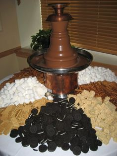 Yummy white chocolate fountain display at Sears After Hours event hosted by Ele. - Fingerfood/Partyfood , Yummy white chocolate fountain display at Sears After Hours event hosted by Ele. Chocolate Fountain Bar, Chocolate Fountains, Chocolate Fondue Fountain, Fuente De Chocolate Ideas, Dessert Bars, Dessert Table, Cake Table, Fondue Party, Reception Food