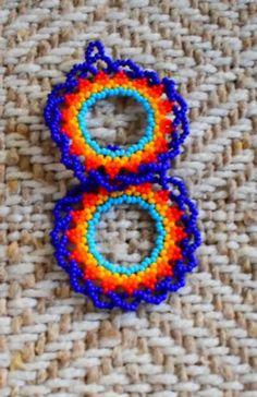 art mexicano Aretes Huichol hecho a mano / Ar - art Beaded Earrings, Beaded Jewelry, Crochet Earrings, Beaded Necklaces, Huichol Art, Loom Beading, Beaded Flowers, Boho Chic, Etsy
