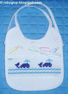 RobyGiup handmade: bavaglino ricamato a punto croce con due balene - Cross-stitched bib with two whales