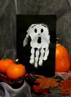 Use white paint to make a spooky Halloween decoration Spooky Halloween Crafts, Halloween Art Projects, Theme Halloween, Creepy Halloween, Halloween Activities, Holidays Halloween, Halloween Kids, Halloween Decorations, Manualidades Halloween