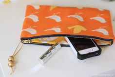 A simple Clutch sewing tutorial on I Heart Nap Time. Make some little gifts for friends/family. Sewing Hacks, Sewing Tutorials, Sewing Crafts, Sewing Projects, Diy Crafts, Diy Clutch, Clutch Bag, Costura Diy, Handmade Christmas Gifts