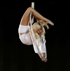 """knee hang top bar, press down on bottom bar """"Her pose is so full of sexy bendiness that I barely noticed the hoop. Lyra Aerial, Aerial Acrobatics, Aerial Dance, Aerial Hoop, Aerial Arts, Aerial Silks, Woman With Smallest Waist, Aerial Gymnastics, Silk Dancing"""