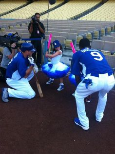 Dodgers @AJEllis17 and @skinnyswag9 show Sophia Grace and Rosie from @TheEllenShow a proper batting stance.