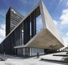 Bem diferente dos bancos daqui! Expressivo, lindo! Headquarters Caja de Badajoz / Studio Lamela Architects