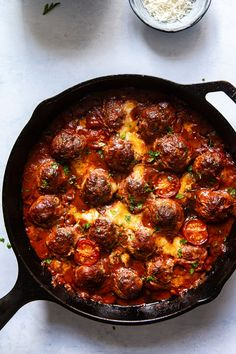 These baked meatballs in rich tomato and pesto sauce with mozzarella and arugula could be made in a matter of minutes, perfect for a weeknight dinner. Meatball Bake, Meatball Recipes, Pork Recipes, Cooking Recipes, Healthy Recipes, Recipes With Pesto Sauce, Dinner Dishes, Dinner Recipes, Albondigas