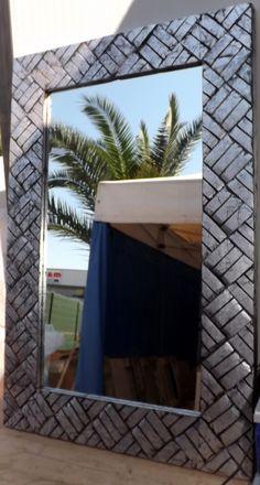 Specchio in legno Noce Indiano con Intarsi a spirali!!! Colore argento antico.Realizzato completamente a manoprovenienza : IndonesianaLe piccole imperfezioni che si possono riscontrare sono la garanzia di un oggetto lavorato a manoDIMENSIONI: CM 120x80x3 spesso circaCornice cm 13,50