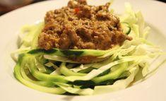 spidskål og squashpasta under en portion kødsovs