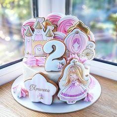 Катя, Днепр в Instagram: «Что будет если объединить страсть к тортам и любовь к сказкам? История о принцессе, надо полагать. ____________________ Дочка, прочитав на…» Piping Frosting, Frosting Tips, Royal Icing Cakes, 2 Birthday Cake, Pink Parties, Pastry Cake, Girl Cakes, Creative Cakes, Cupcake Cookies