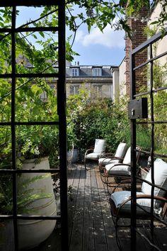 Paris est une Fête! — Une terrasse à Paris. Paris terrace.