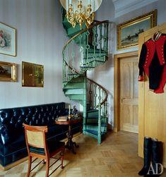Комната дежурного — камердинера императора. За императорскими мундирами он поднимался по винтовой лестнице в гардеробные на втором этаже