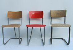 Industriele vintage verweerde stoelen, schoolstoelen
