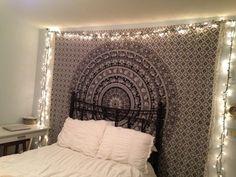 déco murale de style bohème dans la chambre à coucher - un tapis mural à motif rosace et guirlandes lumineuses