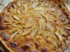 Alors non, je ne suis pas Alsacienne. Mais j'ai toujours trouvé les tartes aux pommes un peu tristounettes. Et les Alsaciens ont la bonne idée de rajouter quelques petits trucs sympas sur leur tarte pour les rendre plus joyeuses! Moi je rajoute aussi un peu de compote, parce que ça rend la tarte plus moelleuse...!
