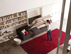 wohnideen klappbett sofa roter teppich offenes regalsystem