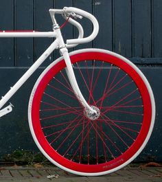 The Dutch are at it again with an awesome new bike brand called Moosach Bikes. The marketing duo behind the brand decided to merge good design with a retro feel and Moosach was born. The company set out to make bikes based on vintage, road-style bike fram Fixi Bike, Fixed Gear Bicycle, Bike Art, Bike Wheel, Velo Vintage, Vintage Bicycles, Vintage Style, Road Bikes, Cycling Bikes
