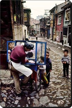 The Magnum photographer Ara Güler was born in Istanbul in 1928 to ethnic Armenian parents. His images of his home city take viewers back in time through an Istanbul that has changed at breakneck speed Istanbul City, Istanbul Turkey, Karting, Monochrome Photography, Street Photography, Drone Photography, Empire Ottoman, Expo Milano 2015, Visit Turkey