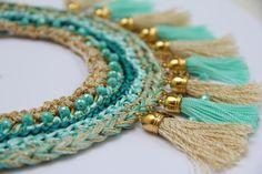 Borlas y más borlas para este collar tipo cuello realizado en diferentes materiales y dentro de una misma gama de colores