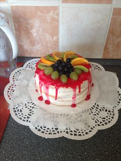 Ovocný dort s tvarohem, politý piping gelem a ozdobený ovocem