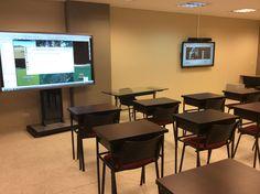 """Monitor de 84"""" Touch + Monitor de 65"""" Touch en cada uno de las 23 aulas de clases"""