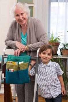 Haz la vida de las personas que usan andadera más fácil con este organizador tejido. Con ayuda del velcro para asegurarlo. Sus bolsillos ayudan a tener cerca suspertenencias.